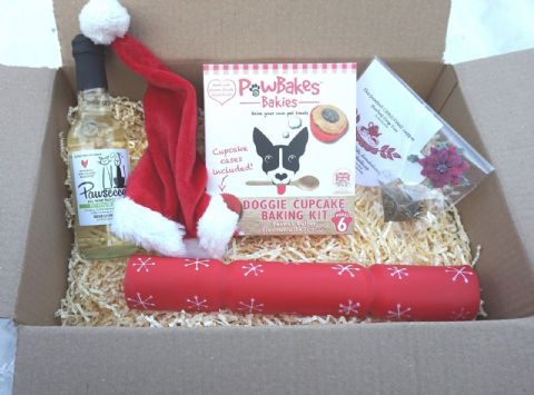 DOG CHRISTMAS GIFT BOX WITH DOG WINE TEA XMAS HAT CRACKER & CUPCAKE BAKING KIT